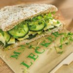 Gesundes Sandwich und selbst gemachtes grünes Pesto aus eigenem Anbau
