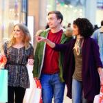Mundschutz beugt Ansteckung vor: Eine Gruppe von Jugendlichen schlendert zusammen durch eine Einkaufsstraße