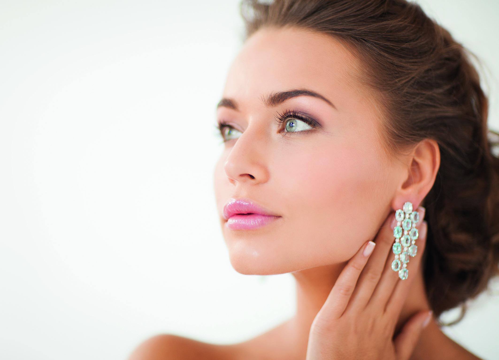 Eine Frau trägt auffälligen Ohrschmuck, ohne Schmerzen.