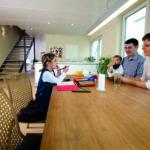 Familie mit 2 kleinen Kindern am Küchentisch (Wohnen ohne Schadstoffe)