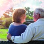 Seniorenpaar sitzt im Garten. (Versorgt im Alter)