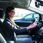 Frau am Steuer (Unfälle vermeiden)