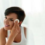 Makellose Haut: Eine Frau säubert und pflegt ihr Gesicht mit einem Wattepad