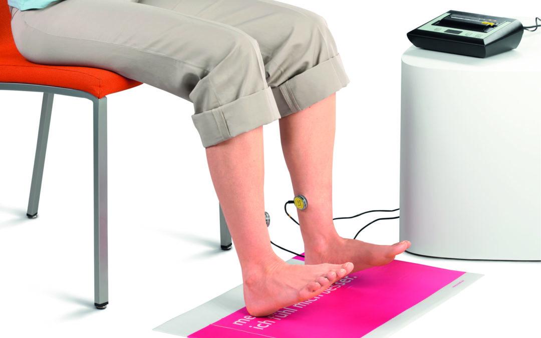 Bei einer Venenfunktionsmessung werden Elektroden am Unterschenkel befestigt.