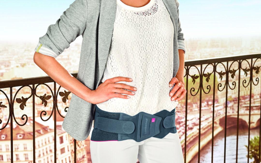 Eine Frau mit Verspannungen im Becken- und Rückenbereich trägt die neue Beckenorthese