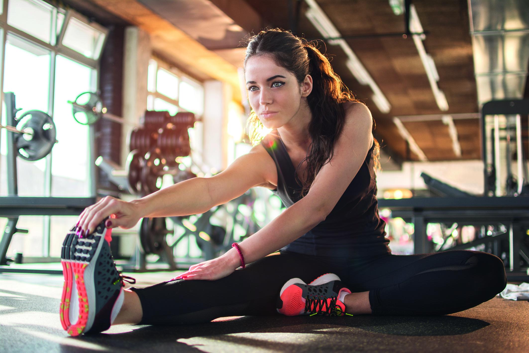 Übermässiges Schwitzen vermeiden: Eine Frau dehnt sich nach dem Sport