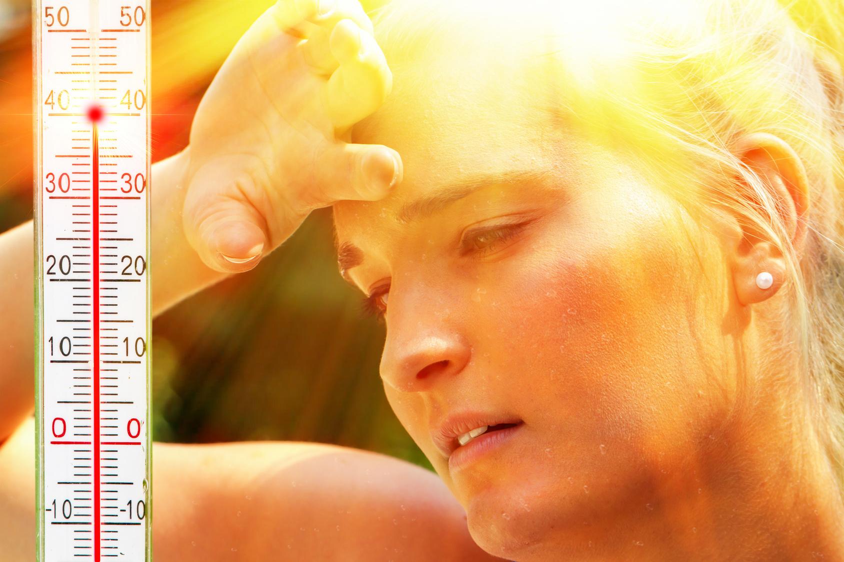 Eine Frau leidet bei starker Hitze unter den Folgen von Wassermangel
