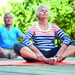 Senioren machen den Sonnengruß: Yoga unterstützt den Körper im Alter und beugt Krankheiten vor