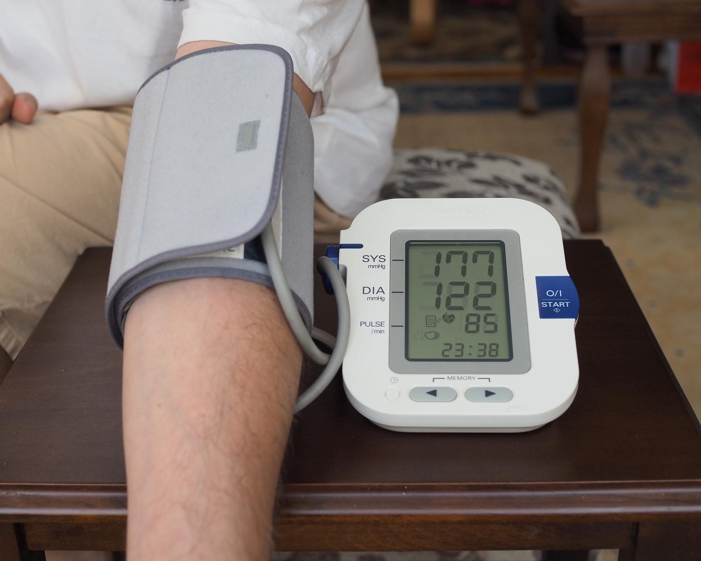 Auf dem Monitor einer digitalen Blutdruckmanschette wird ein Blutdruck von 177/122 mmHg angezeigt. (Hypertonie)