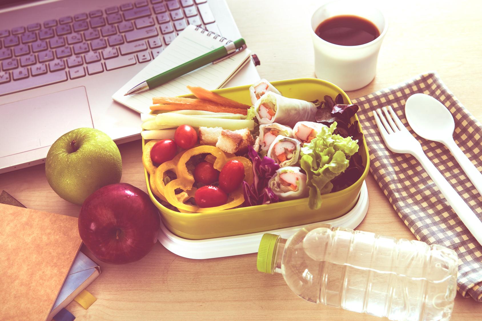 Obst, Gemüse und selbstgemachte Snacks sind eine schnelle Lösung für ein gesundes Mittagessen im Büro