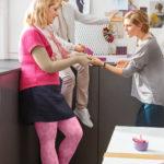 Eine Frau trägt moderne sowie farbenfrohe Kompressionsstrümpfe. Diese lindern Schmerzen bei Erkrankungen, wie Lipödem und Lymphödem.