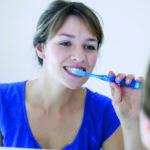 Eine Frau putzt sich ausführlich die Zähne, denn ihre Zahngesundheit ist ihr wichtig.