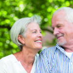 Ein älteres Paar schaut sich glücklich an. Mangelernährung stellt für sie kein Problem mehr dar.