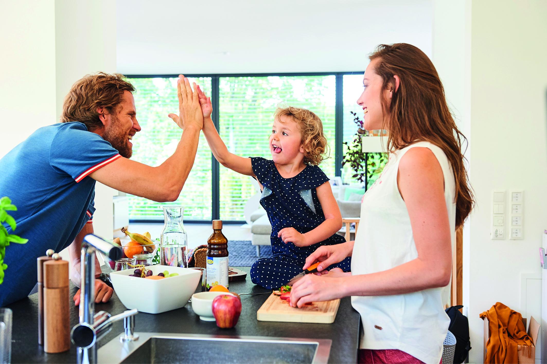 Eine Familie bereitet gemeinsam eine Mahlzeit vor. (Intervallfasten)