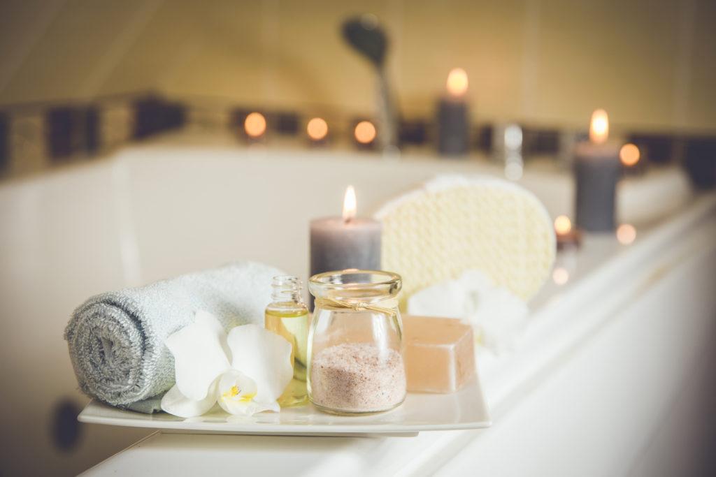 Immunsystem stärken: eine Badewanne mit brennenden Kerzen dekoriert.
