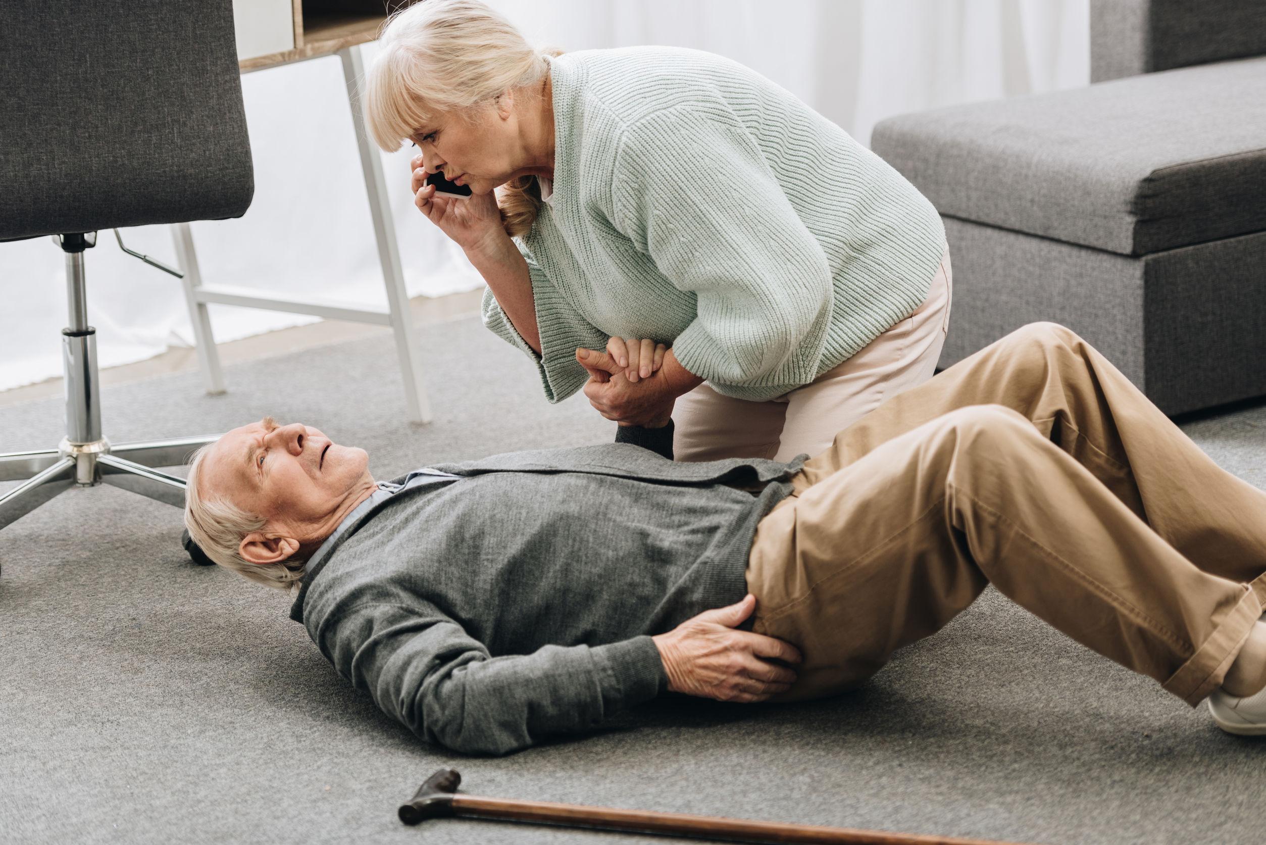 Ein älterer Herr ist gestürzt und hat durch einen Oberschenkelhalsbruch starke Schmerzen