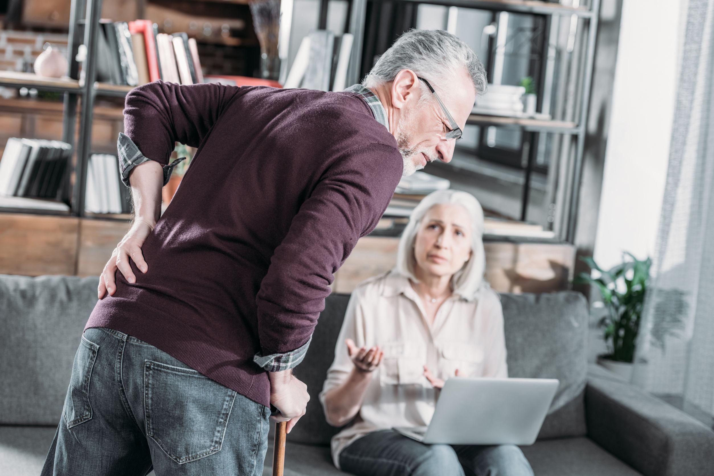 Ein älterer Herr leidet unter durch Osteoporose verursachte Rückenschmerzen.