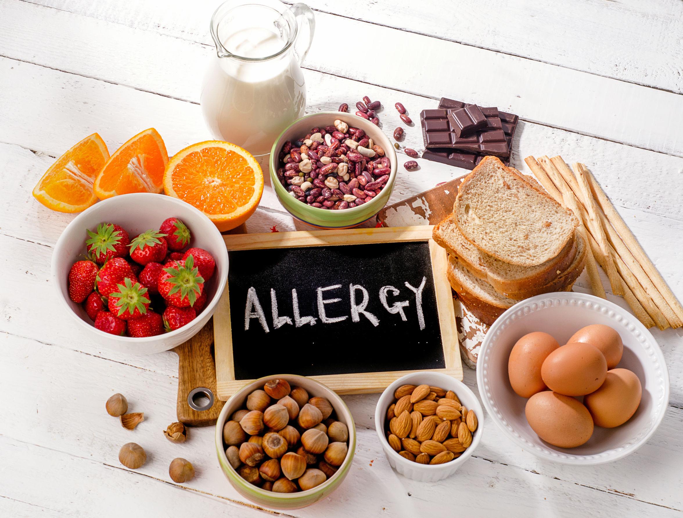 Lebensmittel mit einem hohen Allergenrisiko auf einem Tisch (Allergien)
